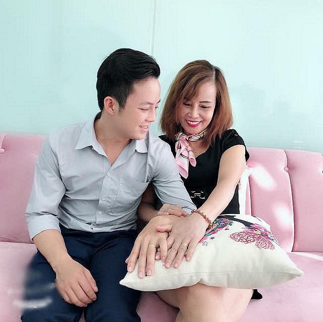 Kỷ niệm hai tháng đám cưới, cô dâu 62 tuổi chia sẻ tâm sự dài dành cho chồng trẻ: Yêu anh, xin lỗi vì em đã là mối tình đầu của anh... - ảnh 1