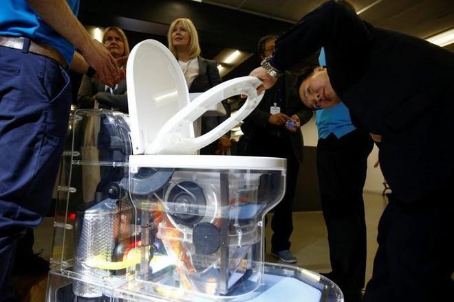 Bill Gates chuyển nghề sang phát minh bồn cầu: Không cần nước, không để lại mùi, có thể tách nước khỏi phân - ảnh 1