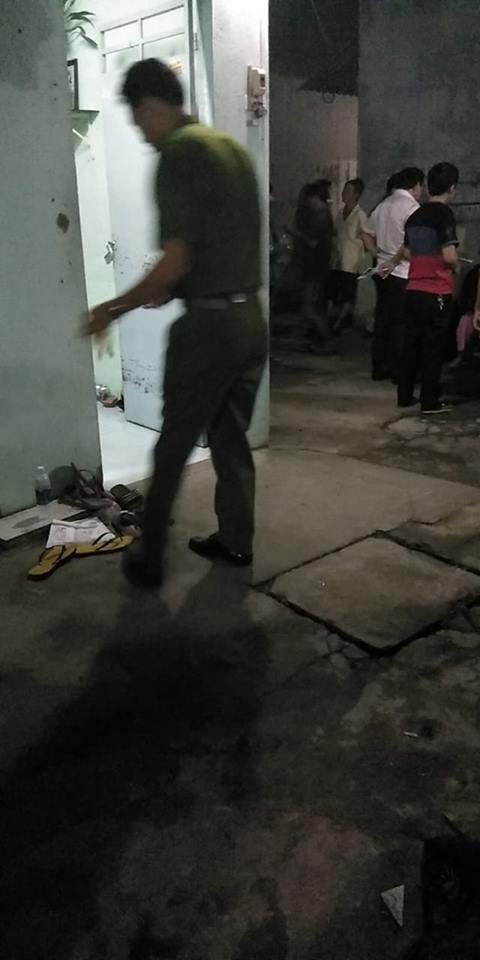 TP.HCM: Em trai bàng hoàng phát hiện chị tử vong trong nhà vệ sinh phòng trọ, cổ có dây dù màu xanh, đầu có vết thương - ảnh 1