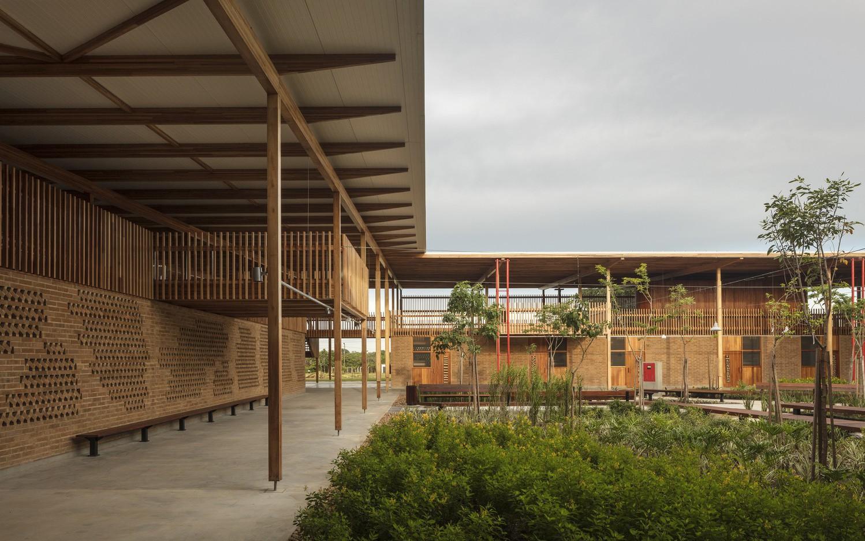Chỉ xây bằng gỗ và đất nhưng ngôi trường này vẫn được Viện Kiến trúc Hoàng gia Anh trao giải kiến trúc xuất sắc nhất thế giới