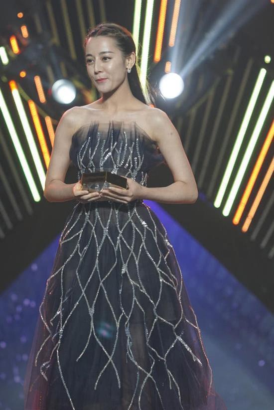 """Cùng diện váy công chúa: Angela Baby, Triệu Lệ Dĩnh, Nhiệt Ba đều """"thua"""" Meghan Markle - ảnh 5"""