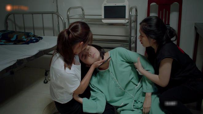 Hết hồn với sạn y học trong Hậu Duệ Mặt Trời bản Việt: Khả Ngân chơi liều, bỏ khẩu trang tiếp xúc với người bị bệnh dịch - ảnh 1