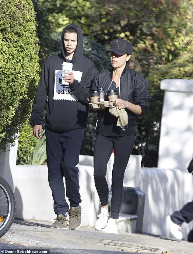 Victoria Beckham để mặt mộc đưa Harper và các con trai dạo phố sau khi bị chỉ trích có hành động xa cách - Ảnh 3.