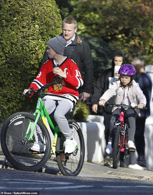 Victoria Beckham để mặt mộc đưa Harper và các con trai dạo phố sau khi bị chỉ trích có hành động xa cách - Ảnh 5.