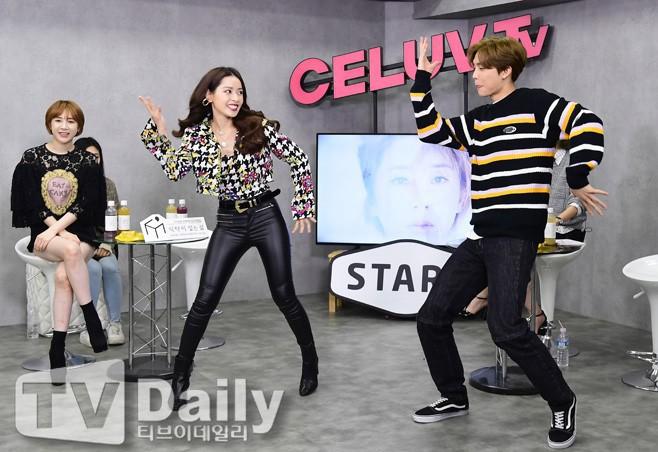 """Chi Pu mang hit """"Đoá hoa hồng"""" sang Hàn Quốc, nhiệt tình dạy nhảy cho một thành viên của NCT - Ảnh 3."""
