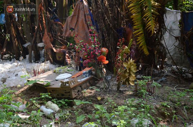 Những câu chuyện đau lòng quanh 5 ngôi mộ vô danh và miếu thờ 2 cô gái chết trẻ ở bãi sông Hồng - Ảnh 3.