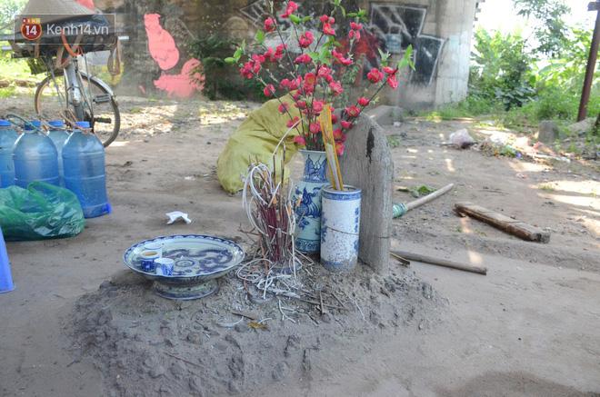 Những câu chuyện đau lòng quanh 5 ngôi mộ vô danh và miếu thờ 2 cô gái chết trẻ ở bãi sông Hồng - Ảnh 2.