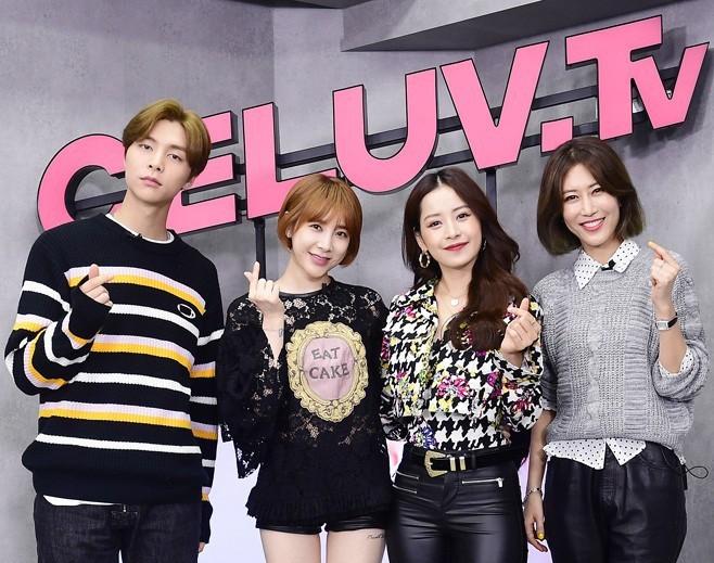 """Chi Pu mang hit """"Đoá hoa hồng"""" sang Hàn Quốc, nhiệt tình dạy nhảy cho một thành viên của NCT - Ảnh 4."""