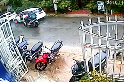 Clip: Mở cửa ô tô thiếu quan sát, nữ tài xế khiến một gia đình đi xe máy ngã lộn nhào - ảnh 1