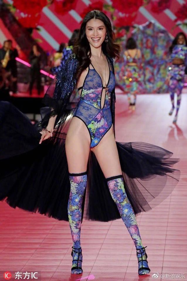 Nhan sắc và thần thái nổi bật của 4 chân dài Trung Quốc trên sàn catwalk Victoria's Secret 2018 - ảnh 5
