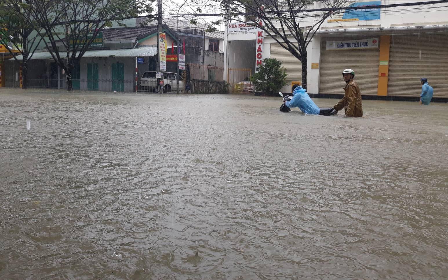 Cố đạp xe qua vùng ngập lụt, một phụ nữ ở Quảng Nam bị nước cuốn tử vong