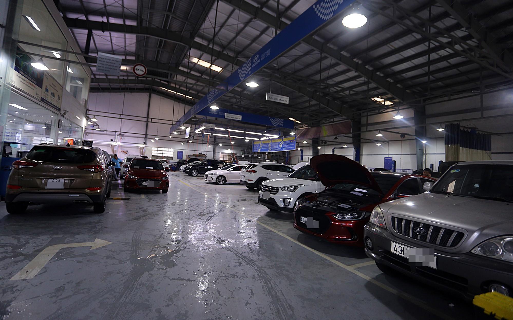 """Hàng nghìn ô tô, xe máy bị """"đuối nước"""" ở Đà Nẵng xếp hàng dài chờ """"cấp cứu"""""""