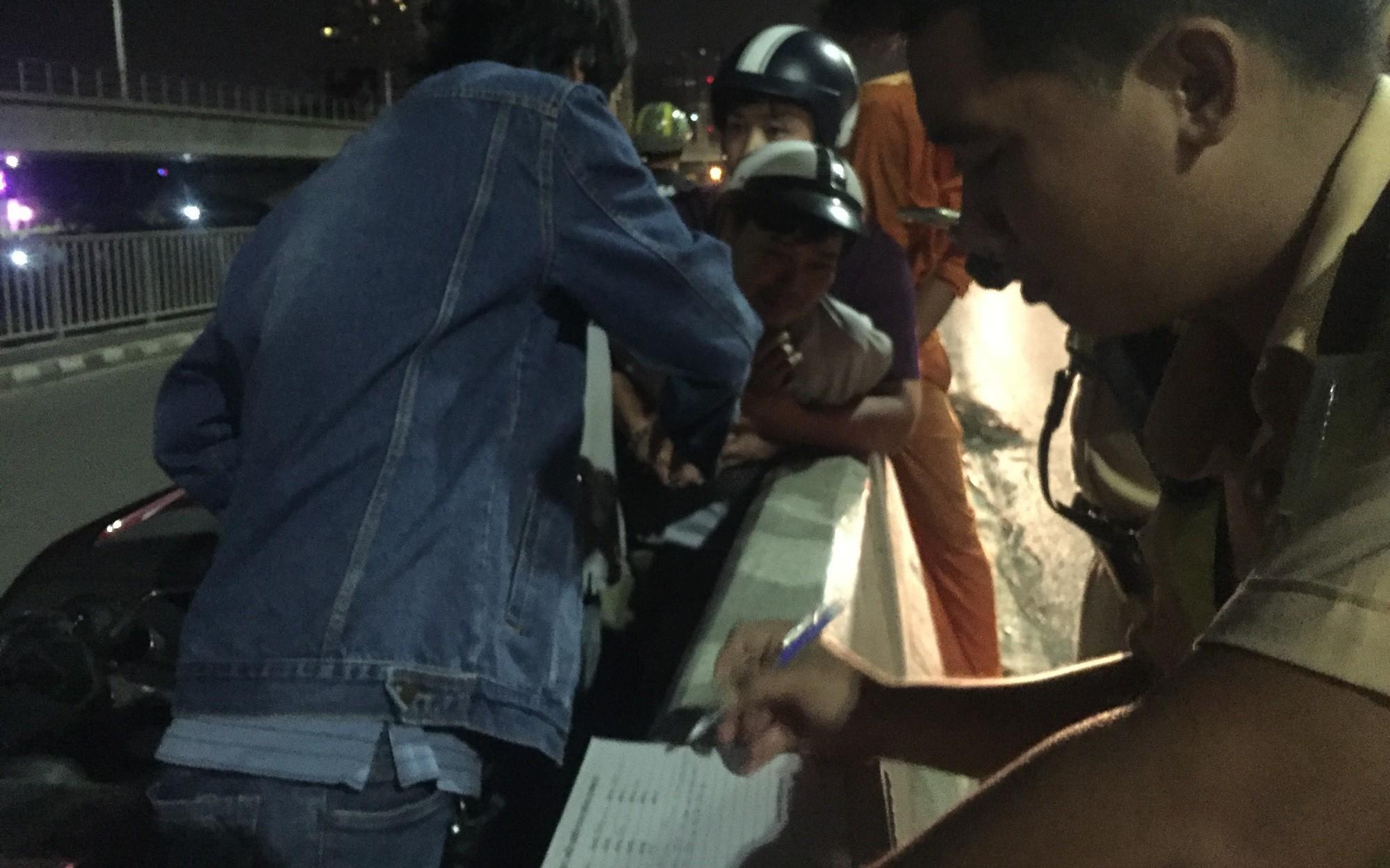 Người thân ngất lịm bên thi thể thanh niên 9X tử vong trên cầu Sài Gòn