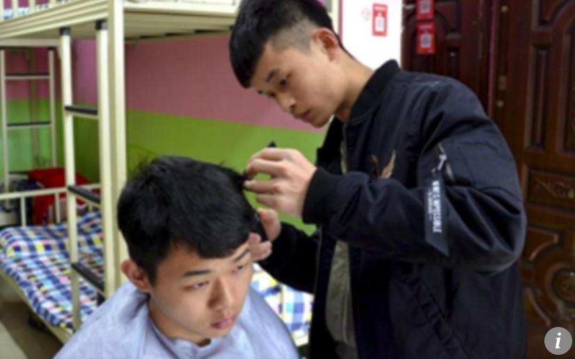 Nam sinh kiếm bộn tiền nhờ mở salon tóc ngay trong ký túc xá dù chỉ lấy khoảng 20 nghìn cho 1 lần cắt