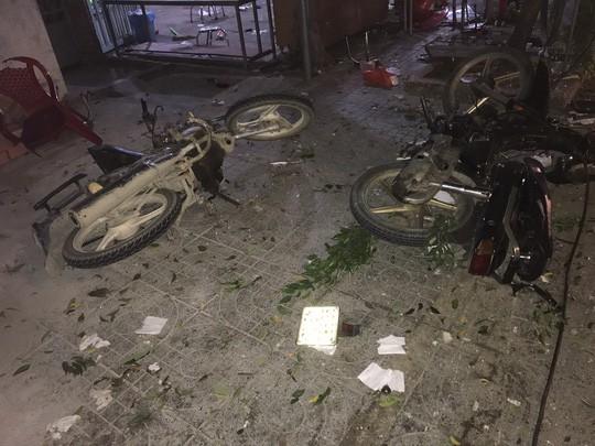 Ngồi ăn uống trên vìa hè mừng Việt Nam vô địch AFF Cup, 2 người bị xe khách tông tử vong - Ảnh 2.