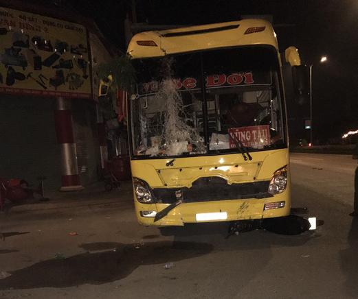 Ngồi ăn uống trên vìa hè mừng Việt Nam vô địch AFF Cup, 2 người bị xe khách tông tử vong - Ảnh 3.