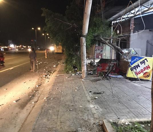 Ngồi ăn uống trên vìa hè mừng Việt Nam vô địch AFF Cup, 2 người bị xe khách tông tử vong - Ảnh 1.