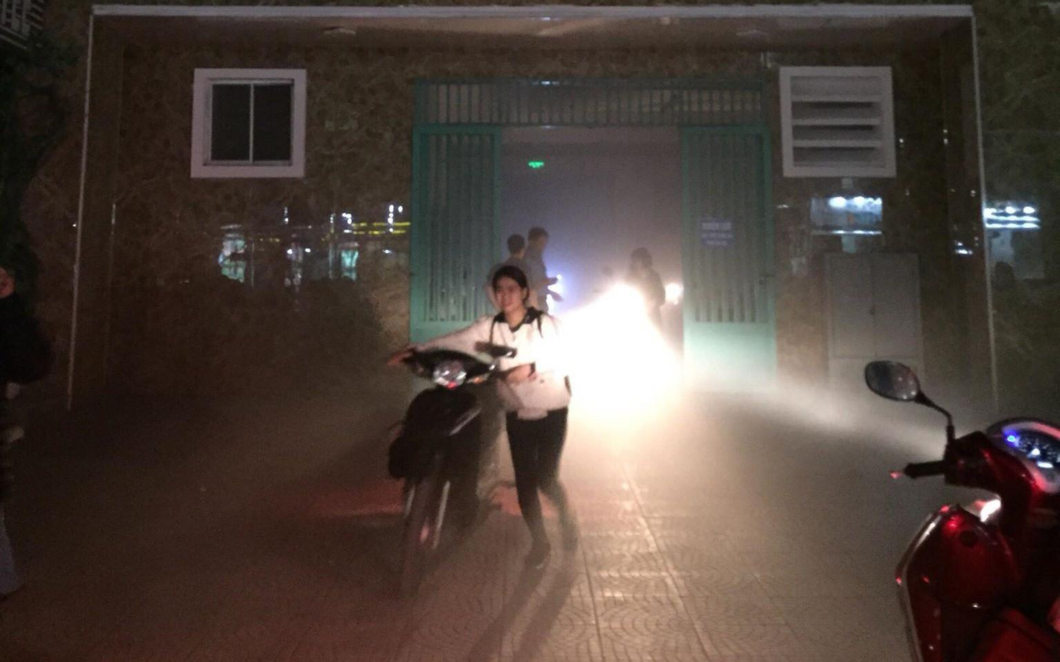Cháy phòng kỹ thuật điện chung cư ở Hà Nội, người dân hoảng sợ dắt xe tháo chạy