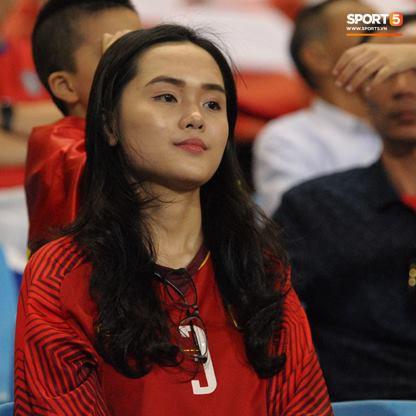 Vợ HLV Park Hang-seo, người yêu cầu thủ Duy Mạnh, Văn Đức nổi bật trên khán đài trận bán kết kịch tính - ảnh 4