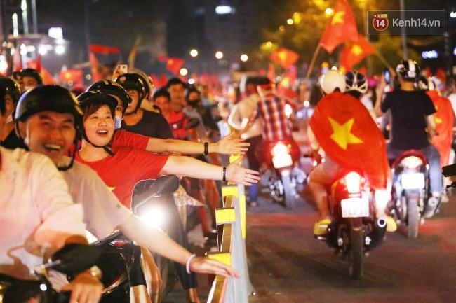 Sài Gòn gần gũi và đáng yêu sau trận thắng của đội tuyển Việt Nam: Chỉ chạm tay thôi cũng thấy vui rồi! - Ảnh 9.