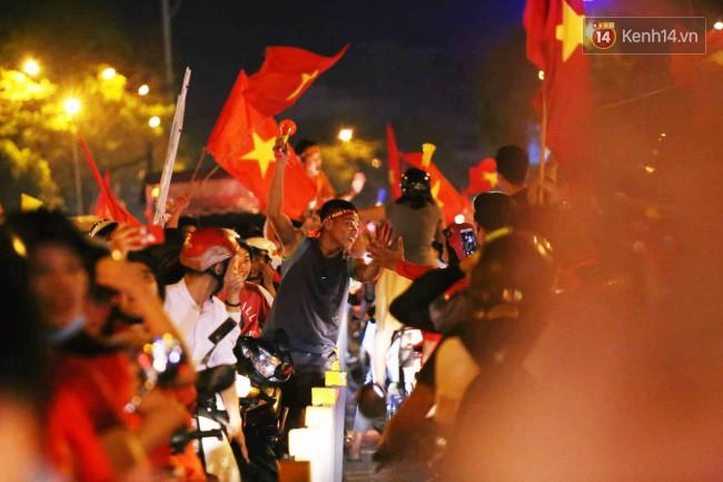 Sài Gòn gần gũi và đáng yêu sau trận thắng của đội tuyển Việt Nam: Chỉ chạm tay thôi cũng thấy vui rồi! - Ảnh 10.