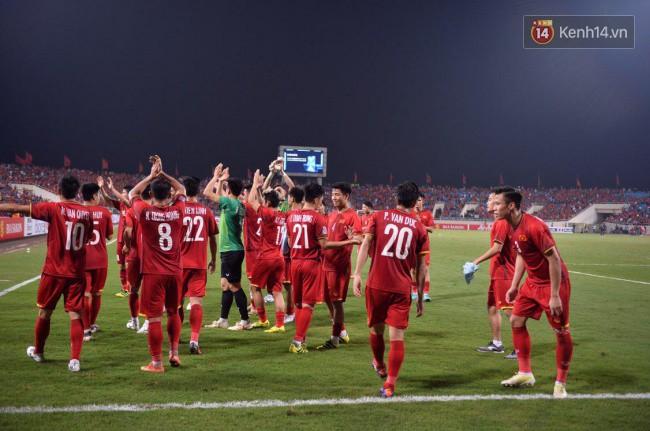 Clip: Khoảnh khắc tuyển Việt Nam ăn mừng kiểu Viking đầy xúc động sau chiến thắng ở trận bán kết lượt về - Ảnh 3.
