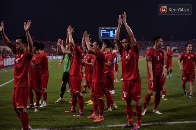 Clip: Khoảnh khắc tuyển Việt Nam ăn mừng kiểu Viking đầy xúc động sau chiến thắng ở trận bán kết lượt về - ảnh 2