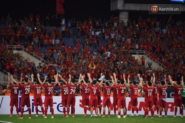 Clip: Khoảnh khắc tuyển Việt Nam ăn mừng kiểu Viking đầy xúc động sau chiến thắng ở trận bán kết lượt về - ảnh 4