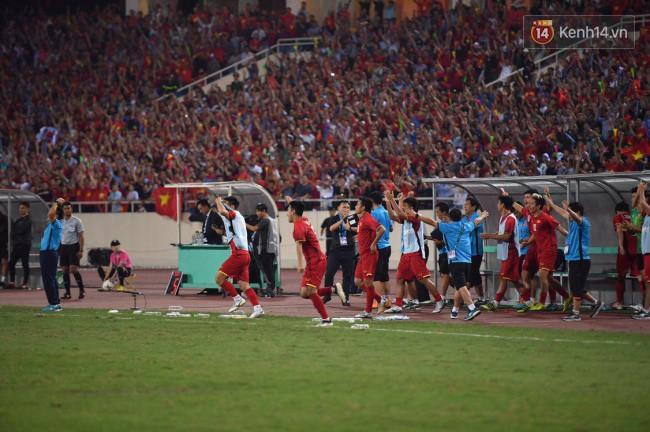 Clip: Khoảnh khắc tuyển Việt Nam ăn mừng kiểu Viking đầy xúc động sau chiến thắng ở trận bán kết lượt về - Ảnh 2.
