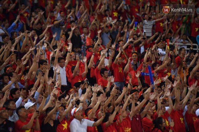 Clip: Khoảnh khắc tuyển Việt Nam ăn mừng kiểu Viking đầy xúc động sau chiến thắng ở trận bán kết lượt về - Ảnh 6.
