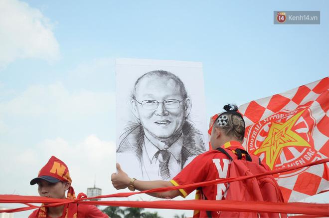 Chàng trai in hình HLV Park Hang-seo lên đầu, vượt gần 1.000km để cổ vũ đội tuyển Việt Nam tại SVĐ Mỹ Đình - Ảnh 3.