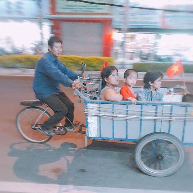 Những hình ảnh giản dị mà hài hước của CĐV Việt Nam trong không khí tưng bừng mừng chiến thắng - ảnh 5