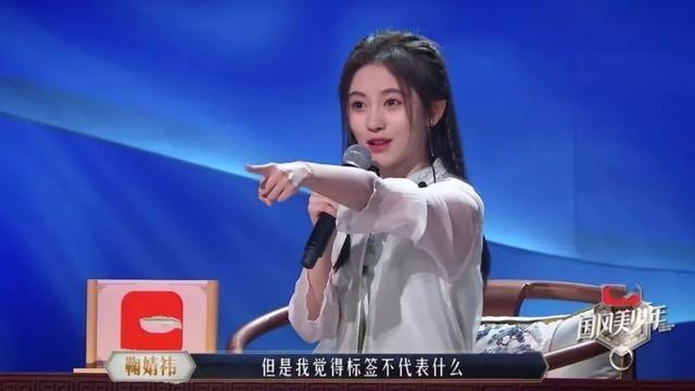 Cúc Tịnh Y bị chỉ trích vì hành động bất lịch sự trên sóng truyền hình - Ảnh 3.