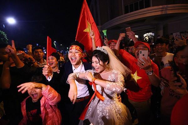 Cặp đôi hot nhất đêm qua bật mí nhiều chi tiết gây sốc gắn liền với những lần đi bão mừng đội tuyển Việt Nam - ảnh 1