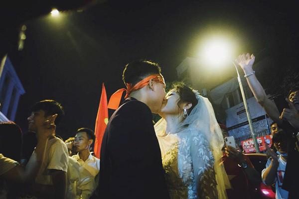 Cặp đôi hot nhất đêm qua bật mí nhiều chi tiết gây sốc gắn liền với những lần đi bão mừng đội tuyển Việt Nam - ảnh 4