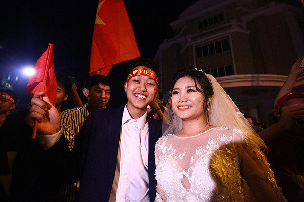 Cặp đôi hot nhất đêm qua bật mí nhiều chi tiết gây sốc gắn liền với những lần đi bão mừng đội tuyển Việt Nam - ảnh 7