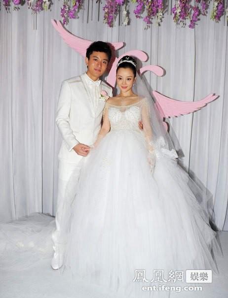 Ảnh cưới của Lý Tiểu Lộ - Giả Nãi Lượng khiến dân tình xót xa: Chú rể nâng niu, hôn chân cô dâu trong xúc động!