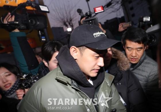 Chồng kém 9 tuổi của nữ hoàng nhạc phim Baek Ji Young lờ đờ xuất hiện sau khi bị bắt vì sử dụng ma túy đá - Ảnh 2.