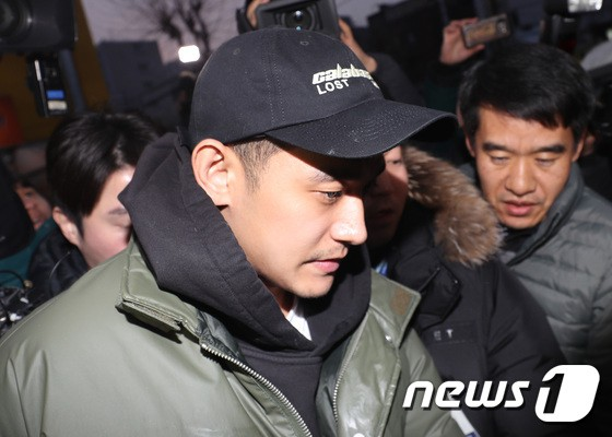 Chồng kém 9 tuổi của nữ hoàng nhạc phim Baek Ji Young lờ đờ xuất hiện sau khi bị bắt vì sử dụng ma túy đá - Ảnh 3.