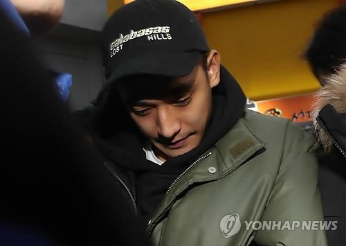 Chồng kém 9 tuổi của nữ hoàng nhạc phim Baek Ji Young lờ đờ xuất hiện sau khi bị bắt vì sử dụng ma túy đá - Ảnh 4.