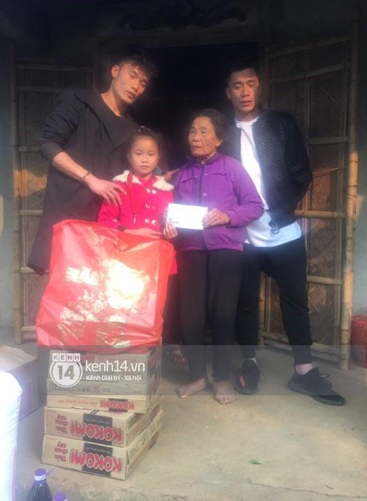Vừa về đến nhà, hai anh em Tiến Dũng - Tiến Dụng đã đi tặng quà từ thiện cho gia đình khó khăn trong làng - Ảnh 7.