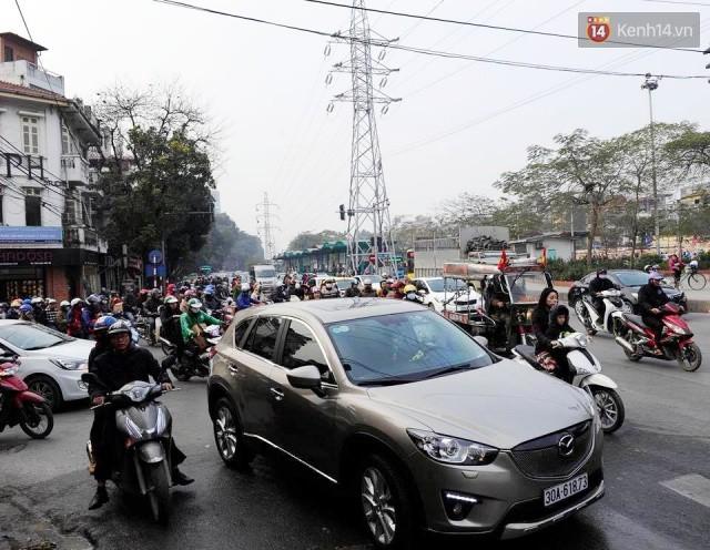 Chiều 28 Tết, một số con phố mua sắm tại Hà Nội vẫn ùn tắc kéo dài vì người dân đổ xô mua hàng giảm giá - Ảnh 7.