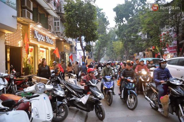 Chiều 28 Tết, một số con phố mua sắm tại Hà Nội vẫn ùn tắc kéo dài vì người dân đổ xô mua hàng giảm giá - Ảnh 6.