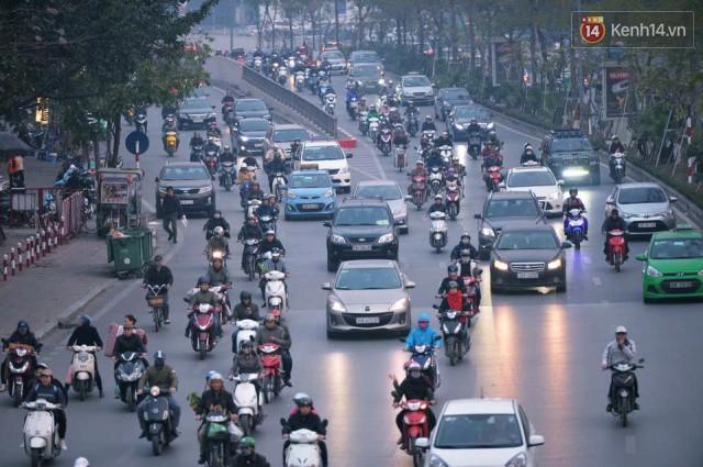 Chiều 28 Tết, một số con phố mua sắm tại Hà Nội vẫn ùn tắc kéo dài vì người dân đổ xô mua hàng giảm giá - Ảnh 9.
