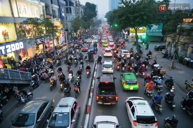 Chiều 28 Tết, một số con phố mua sắm tại Hà Nội vẫn ùn tắc kéo dài vì người dân đổ xô mua hàng giảm giá - Ảnh 3.