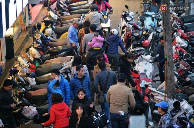 Chiều 28 Tết, một số con phố mua sắm tại Hà Nội vẫn ùn tắc kéo dài vì người dân đổ xô mua hàng giảm giá - Ảnh 4.