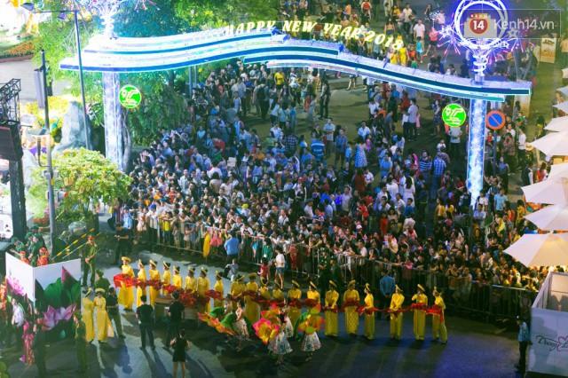 Chùm ảnh: Hàng nghìn người chen chúc trong đêm khai mạc đường hoa Nguyễn Huệ - Ảnh 2.