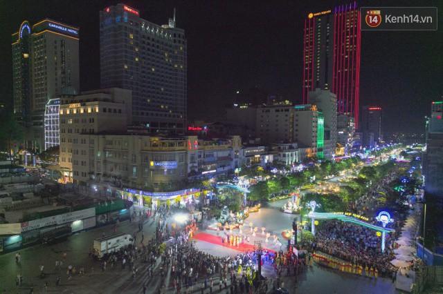 Chùm ảnh: Hàng nghìn người chen chúc trong đêm khai mạc đường hoa Nguyễn Huệ - Ảnh 4.