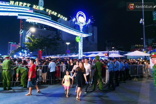Chùm ảnh: Hàng nghìn người chen chúc trong đêm khai mạc đường hoa Nguyễn Huệ - Ảnh 6.