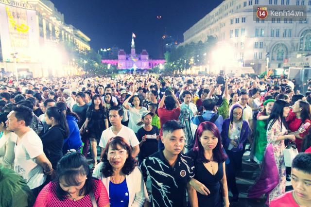 Chùm ảnh: Hàng nghìn người chen chúc trong đêm khai mạc đường hoa Nguyễn Huệ - Ảnh 8.